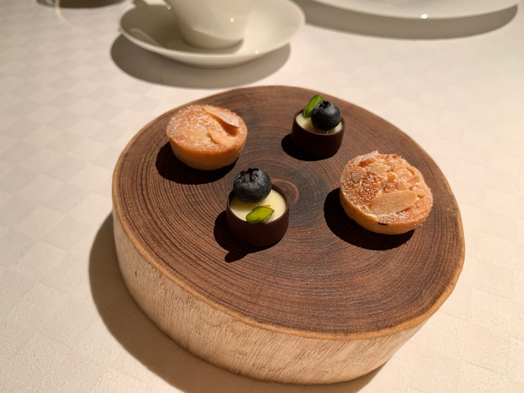 デザート 栗・メレンゲ・ショコラノワール・木苺