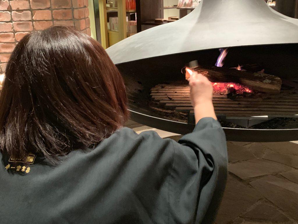 暖炉で焼きマシュマロ