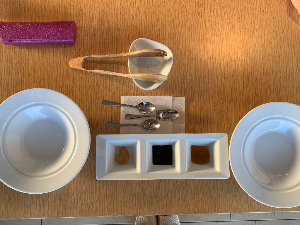 テーブルにセットされたジャム3種類