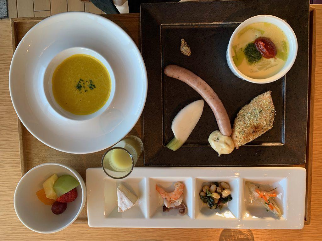 スープや、カマンベールチーズ、フルーツなどのセットメニュー