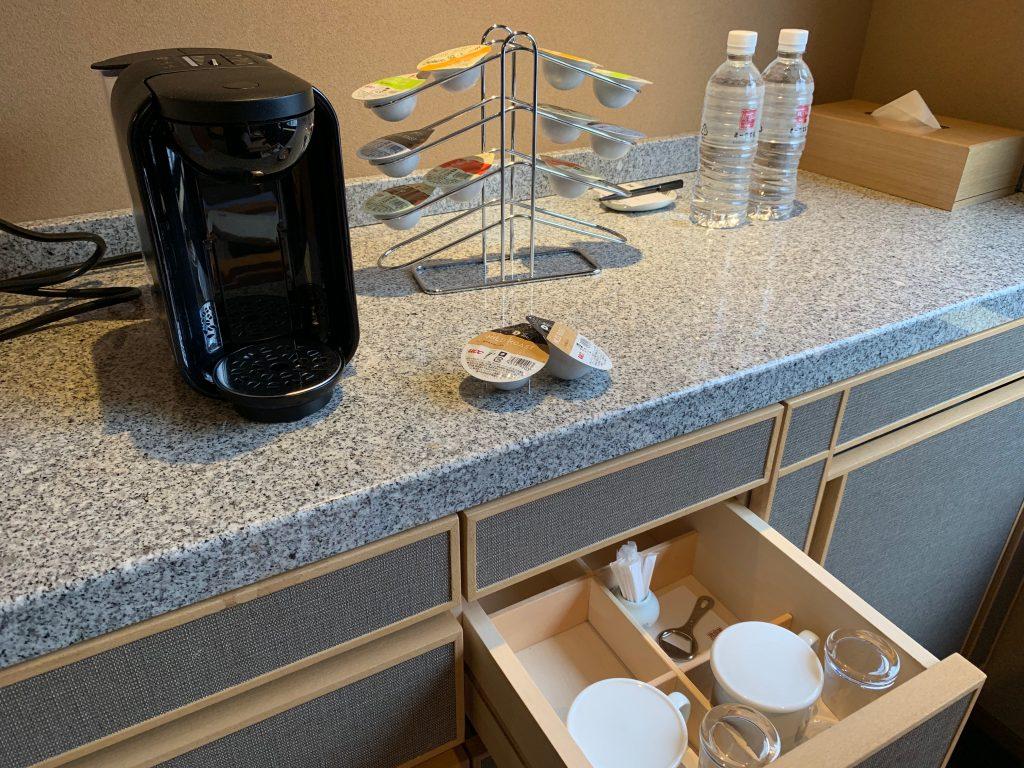 コーヒーメーカーやミネラルウォーターなどの客室備品