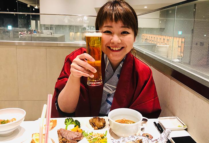 夕食ブッフェ、ビールで乾杯