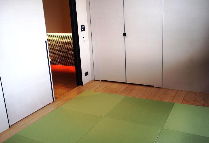 階段の下は琉球畳の和室が。