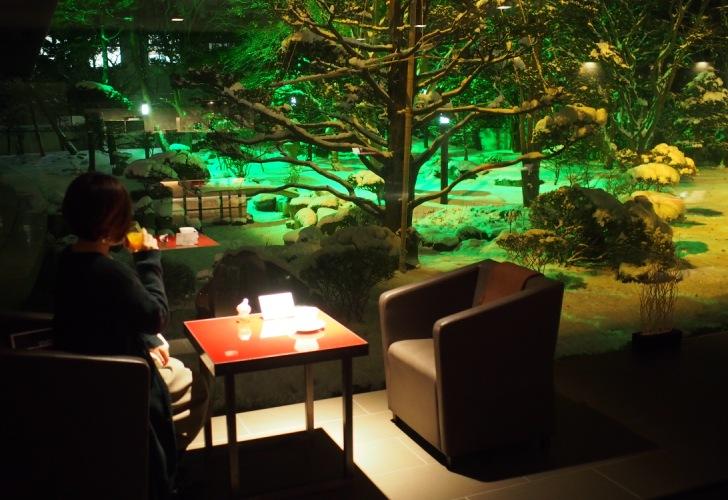 美しい庭園を眺めながらゆったりとカフェタイムを過ごせます。