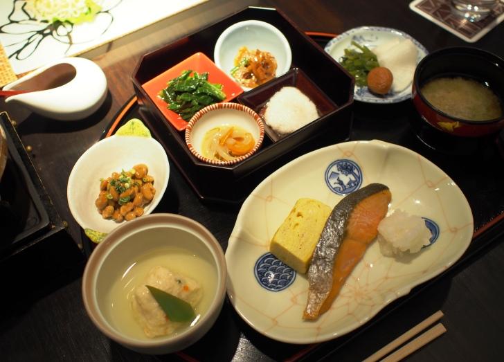 和食膳。紅鮭の塩焼きや出汁巻き卵などの定番のおかずの他、函館らしくイカ刺しも。