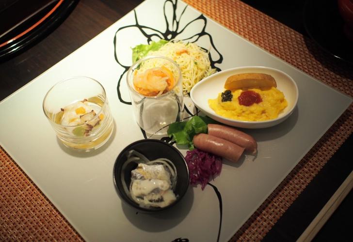 洋食プレート。噴火湾産タコと野菜のサラダ、ニシンのスモーク、ズワイガニと野菜のカッペリーニなど