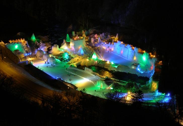 層雲峡温泉氷瀑まつりの夜の会場