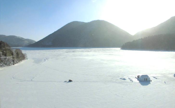 特別室から真正面に望む然別湖とくちびる山