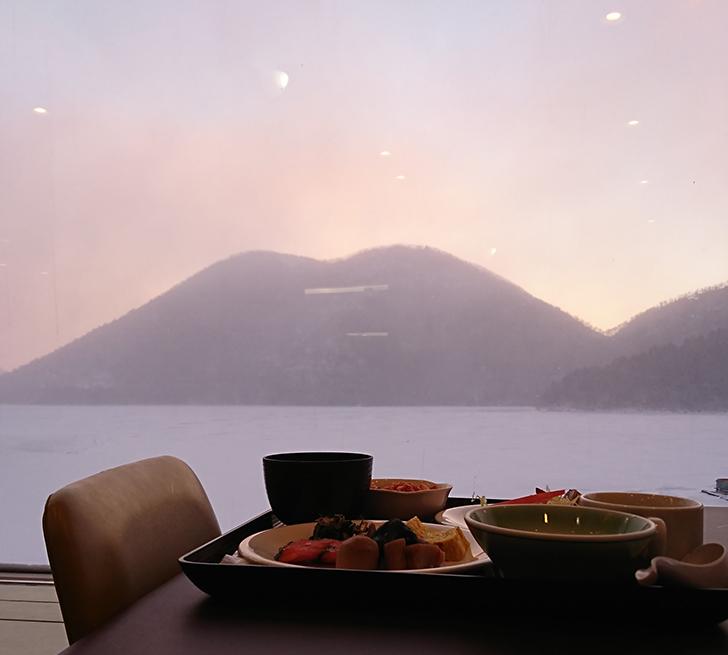 朝もやの然別湖を眺めながらの朝食です