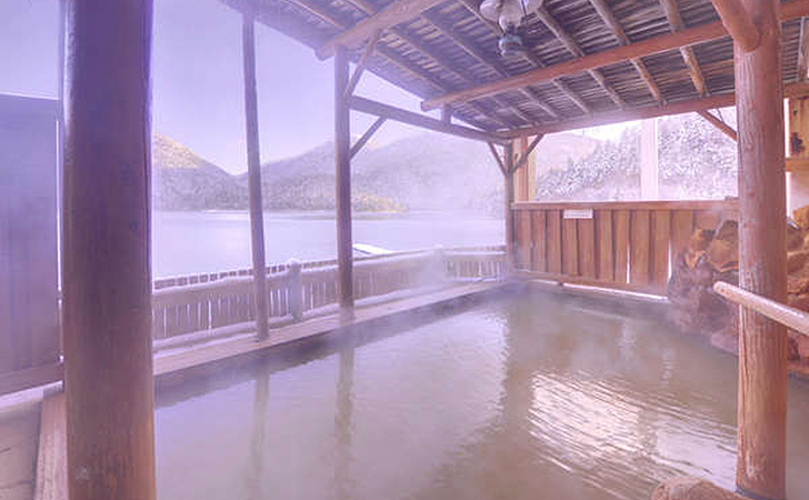 源泉かけ流しの露天風呂からも然別湖を一望