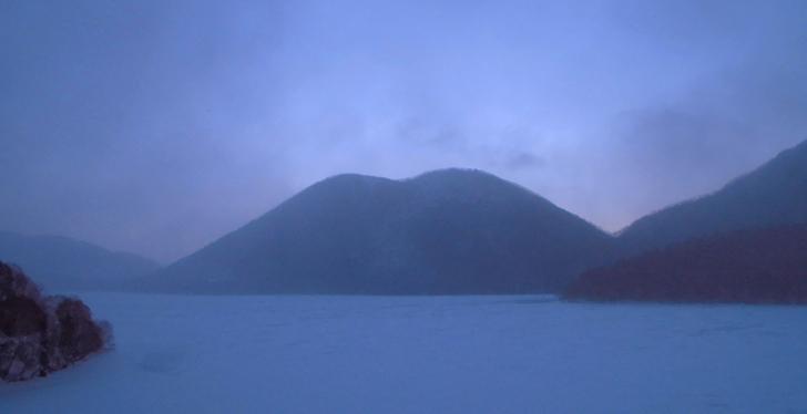 日の出前の然別湖です