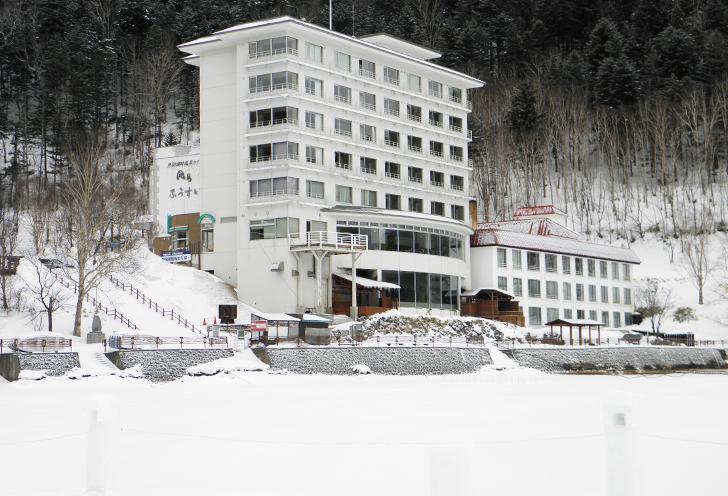湖から望む冬のホテル風水