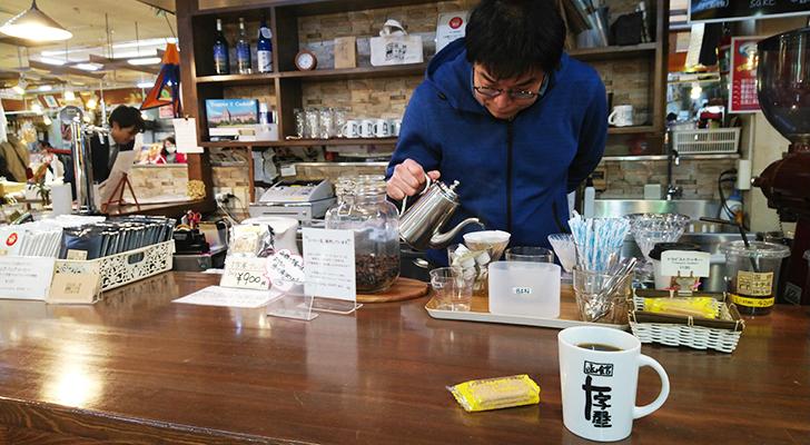 他のお客様のコーヒーを淹れ始める菅原さん
