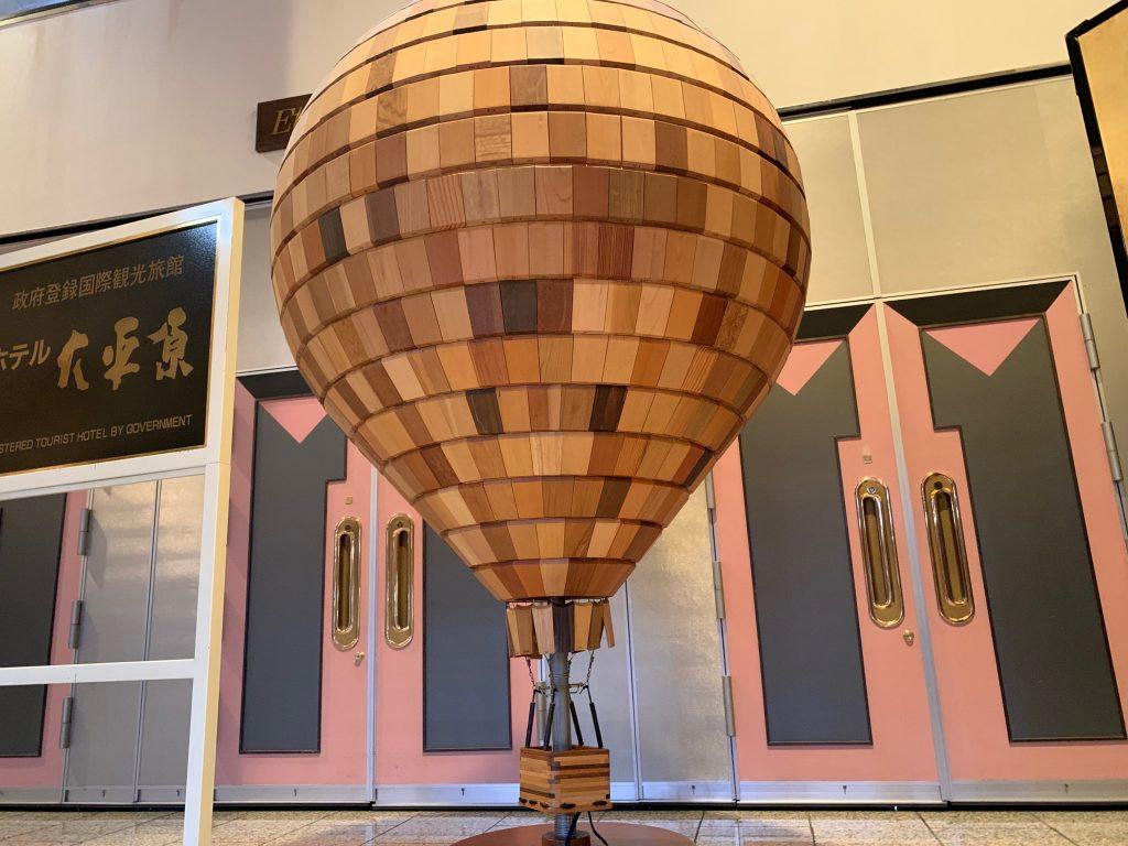館内に展示されていた「気球」の置物