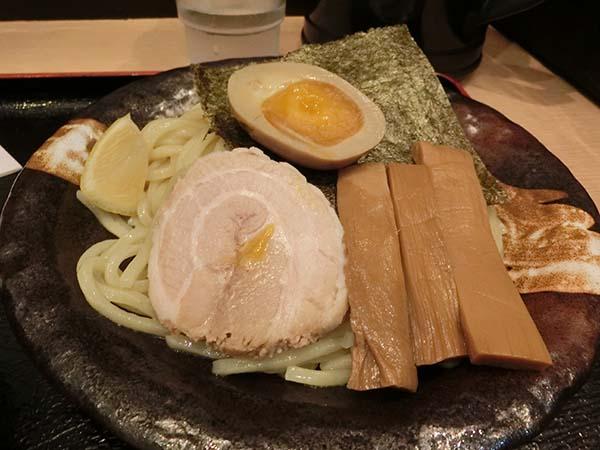 メンマや煮卵、チャーシューが所狭しとのっかっている麺