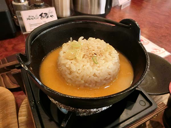 スープを注いだ小鍋
