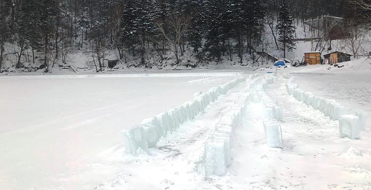 湖上に並ぶアイスブロック
