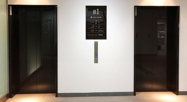 左側にエレベーターがあります。比較的新しいビルなのでピカピカな印象。フロントは7階です。