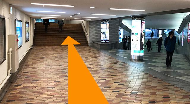 二股に分かれている通路の左へ進み、階段を上ります。右に行くとアスティ45ビルです
