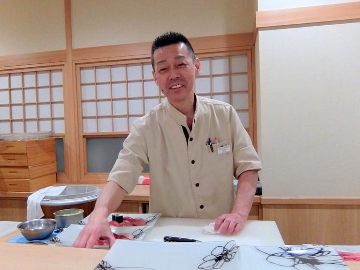 カウンターに立つ寿司職人