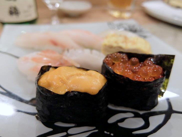 夕食メニューのウニとイクラの握り寿司
