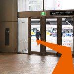 突き当りの扉を出て左に曲がります。この左角のお店は「GAP」です。