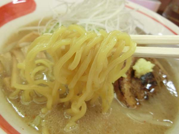 味噌ラーメンの麺のアップ