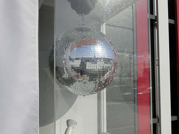 入り口横にはトレードマークのミラーボールが
