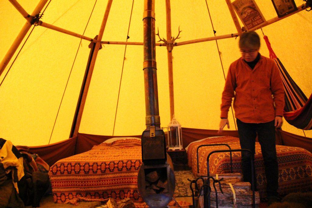 ベッドが2台とストーブを供えるテントの内部