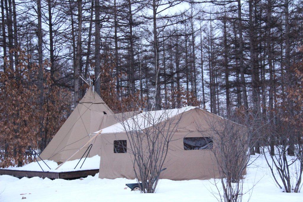 円形と大型ふたつのグランピングテント