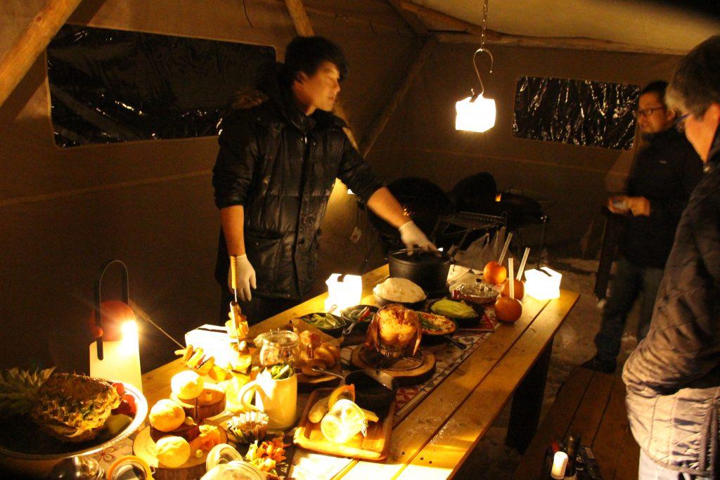 豪華なテーブルセッティングに、所狭しと並ぶ料理の数々に驚きを隠せない二人