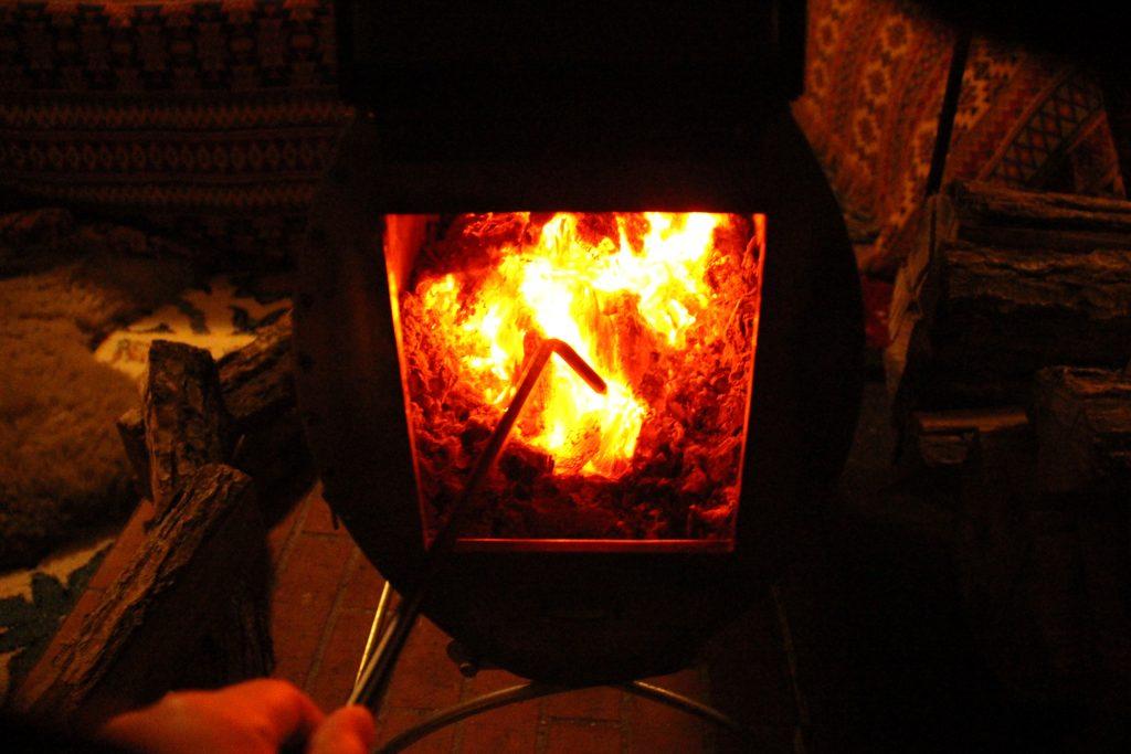 炎がゆらめく薪ストーブ