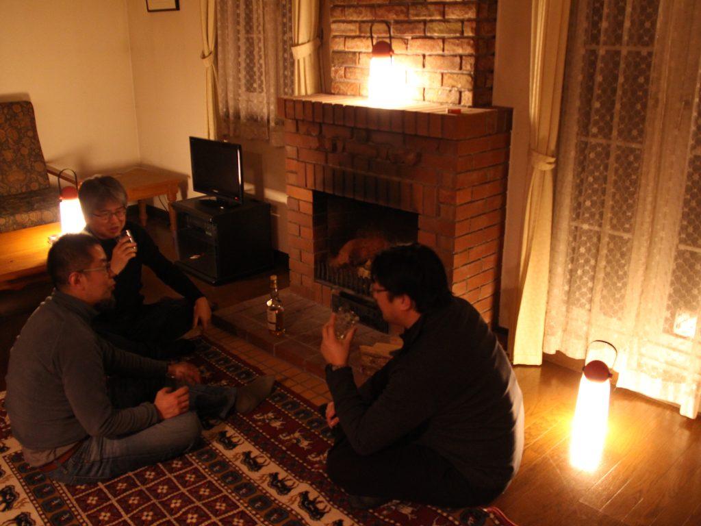 コテージの暖炉前で語り合う男三人衆
