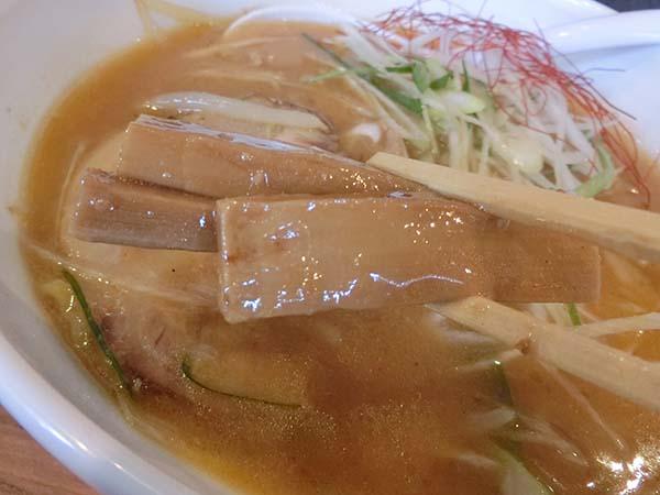 スープが絡んだトッピングのメンマ