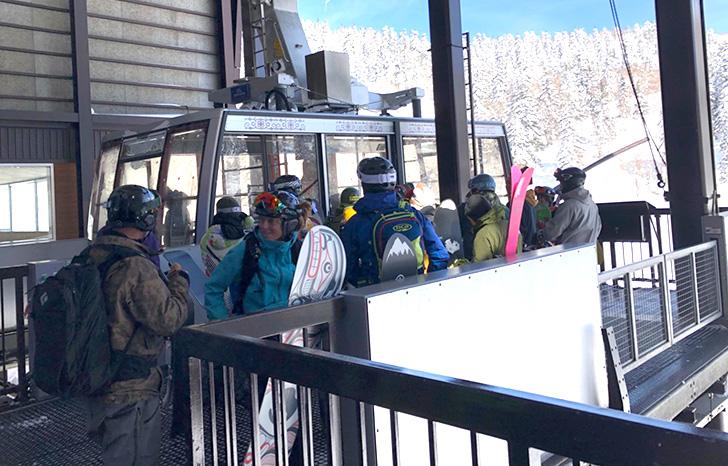 スキーヤーやボーダーに紛れて乗り込みます