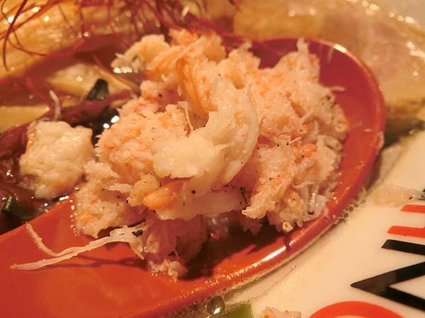 レンゲにこんもりとのった蟹の身