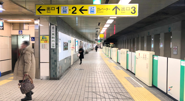 駅構内に設置された出口案内板