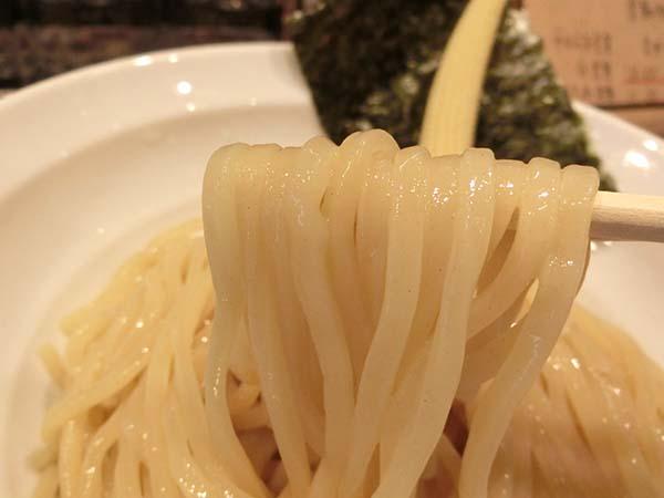 箸ですくいあげた麺