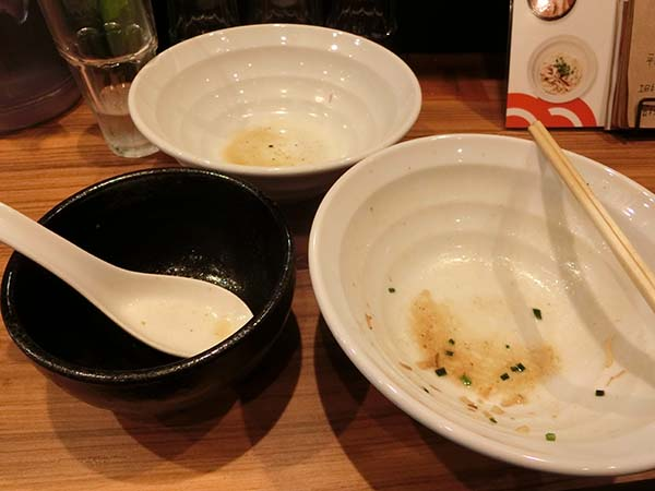 スープ割まで飲み干した器と空の丼