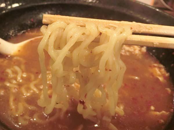 すくいあげた中華麺