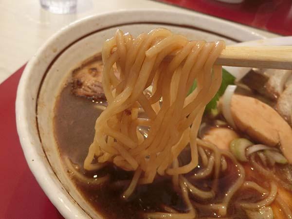 「醤油R(サバ・ブラック)」の麺