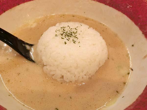 残ったスープにご飯を入れる