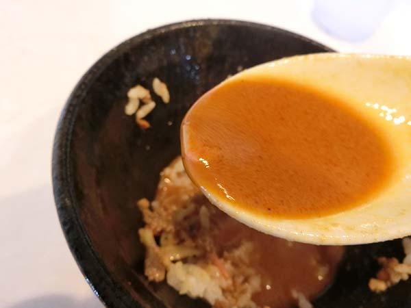 レンゲですくった辛うまスープ