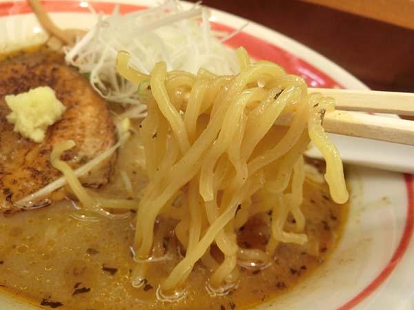 エスニックラーメンの麺のアップ