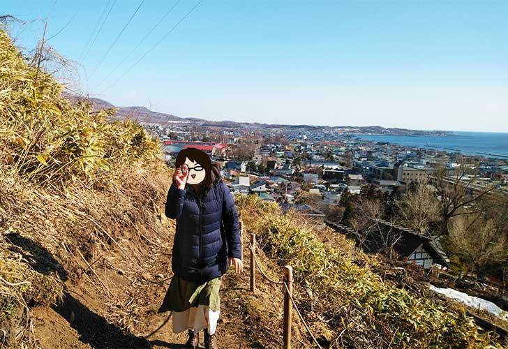 山道を登りながら石を見せつけるなるみ