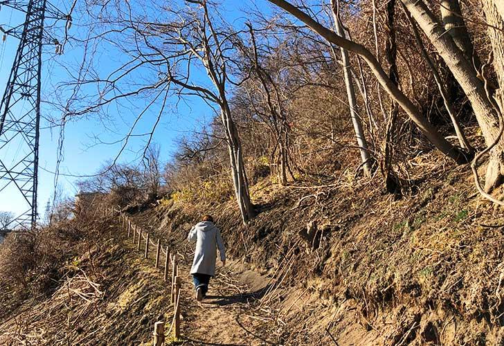 山道をぐんぐん登る前野