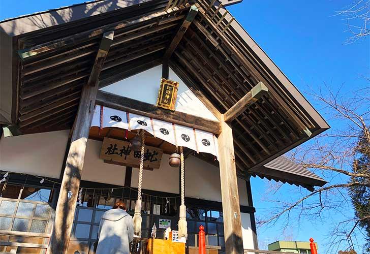 虻田神社に手を合わす