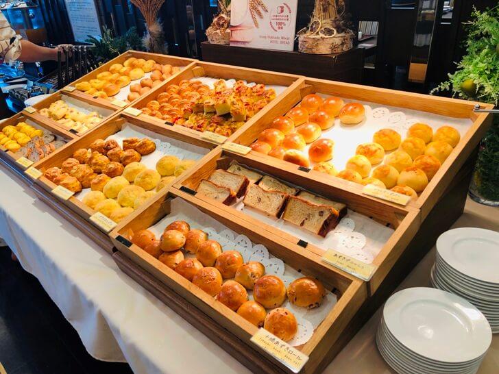 パン工房で毎朝手作りされる朝食バイキングの種類豊富なパン