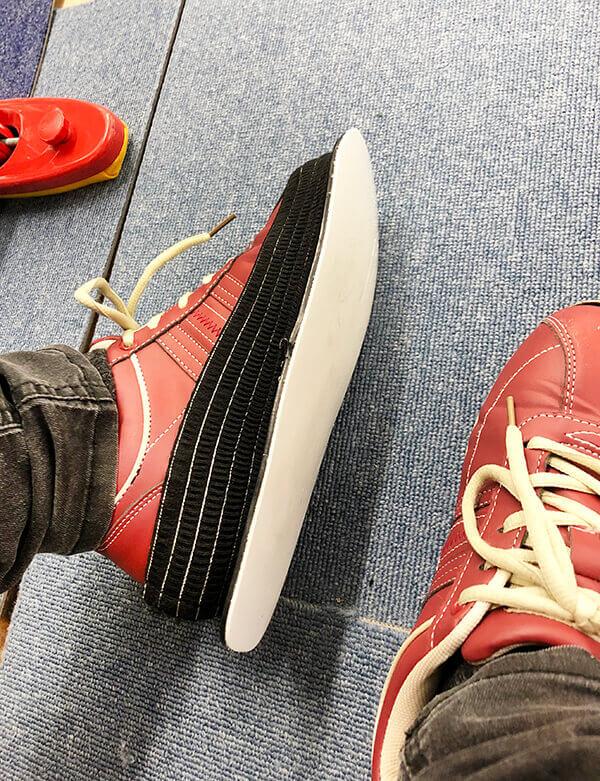 スライダーを靴底に装着した左足