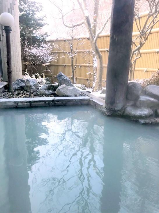 乳白色の湯が特徴の露天風呂